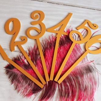 Нумерация-топперы для столов в вазах с цветами.