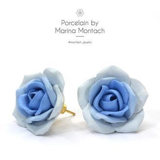 Синие белые серьги из керамики Розы