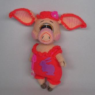 Свинка в комбинезоне вязаная игрушка