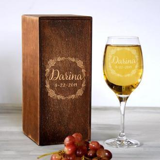 Стеклянный бокал для вина с индивидуальной гравировкой в винтажной коробке для подруги