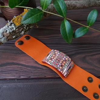 Широкий браслет из полимерной глины на коже Оранж