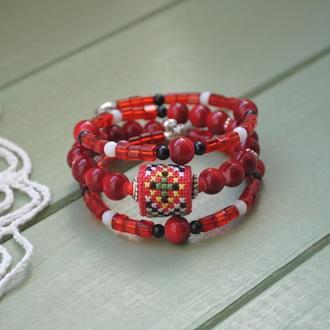 Яркий браслет в этно стиле со стеклянными бусинами и вышивкой