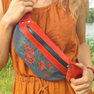 Красная с черным кожаная сумка бананка с цветочной росписью маки