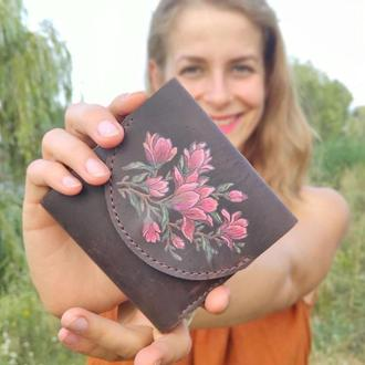 Коричневый кожаный кошелек портмоне с цветочной росписью или тиснением