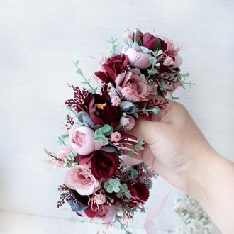 Вінок з квітами в  пудрово-бордовому кольорі.