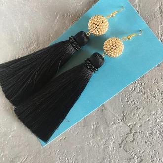 Чёрные серьги с золотой бусиной. Сережки кисточки