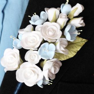 """Бутоньерка для жениха или свидетеля """"Белые розы с голубой яблоней"""""""