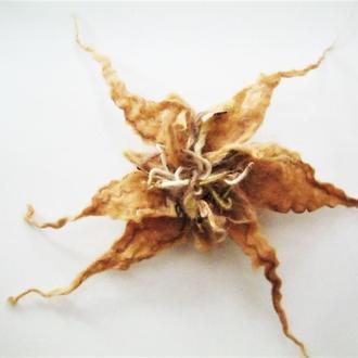 Оригинальная цветочная брошь из шерсти