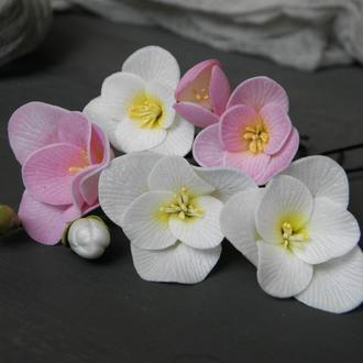 Шпильки для волосся з квітами рожевої і білої фрезії у зачіску