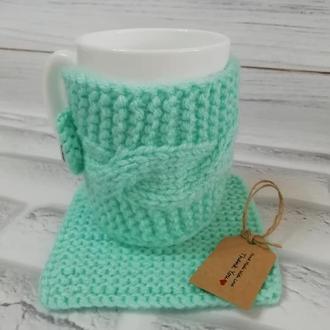 Мятный вязанный подарочный набор. Чашка, мятный вязанный чехол на чашку и вязанная салфетка.