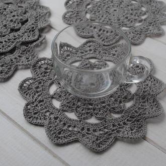 Набор подставок под чашки / серых салфеток вязаных крючком