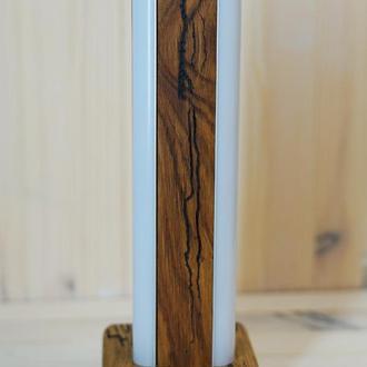Настольная лампа (ночник) изготовлена из дерева дуб по поверхности идут раскаты молний