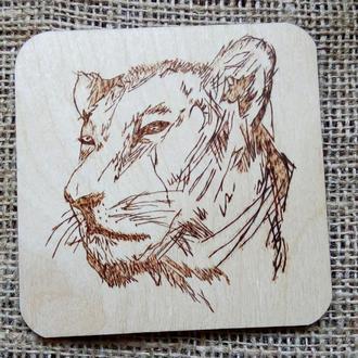 Подставка под чашку с львицей