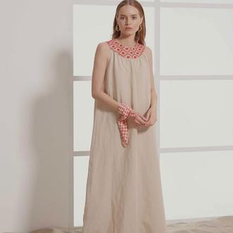 Длинное платье из льна с красной вышивкой