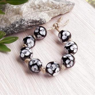 Бусины стеклянные Белые цветы на черном лемпворк