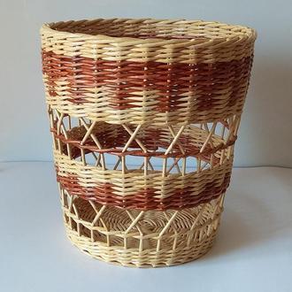 Плетеная корзина из бумажной лозы. Можно использовать как кашпо.