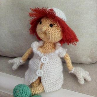 Вязаная игрушка Медсестра