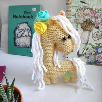 Любимая лошадка Желтая Пони с белой гривой