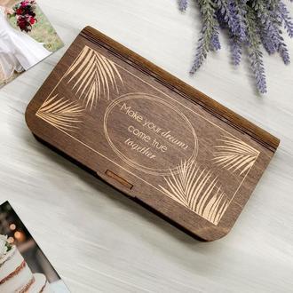 Деревянная коробка-конверт для денег в подарок для молодоженов с лазерной гравировкой в тропическом