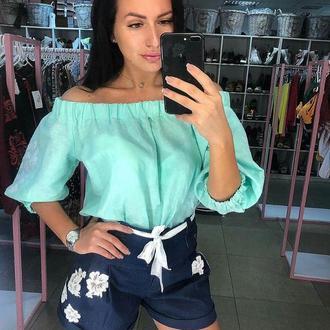Женская блуза-волан с вышивкой