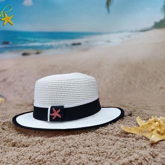 Шляпа с узкими полями белого цвета