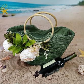 Вместительная соломенная сумка приятного зеленого цвета с круглой деревянной ручкой