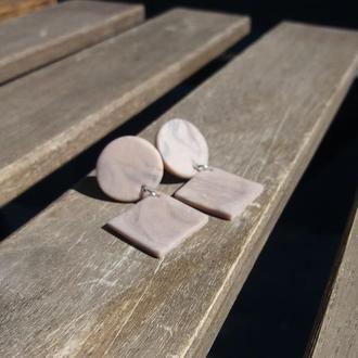Матовые пастельные серые серьги-гвоздики с легким эффектом мрамора