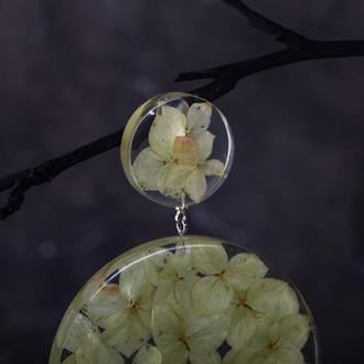 Массивная моно серьга из ювелирной смолы с цветами гортензии