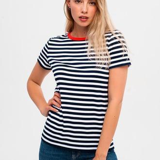Женская футболка в полоску с красной горловиной