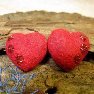 серьги-гвоздики с красным бархатным серцем, ручная работа, полимерная глина (холодный фарфор)