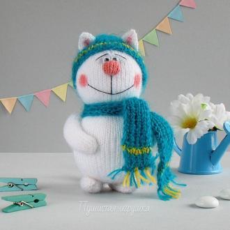 Белый вязаный зимний котик.