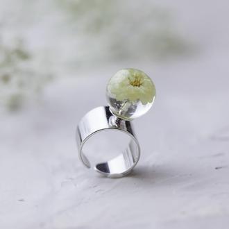 Широкое кольцо с цветком белой гипсофилы