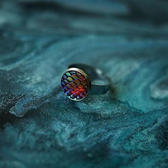Радужное кольцо с чешуйками