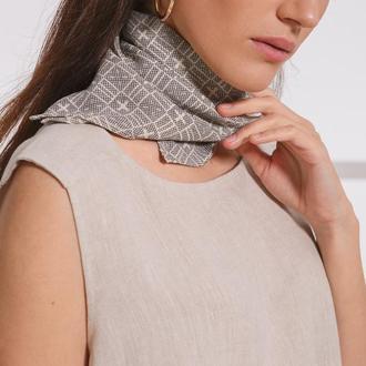 Шейный шелковый платок с фирменным орнаментом