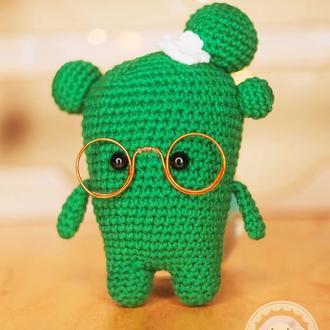 Вязаная игрушка Кактус в очках 13 см
