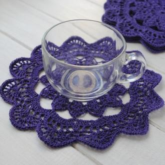 Набор подставок под чашки / салфеток цвета сливы вязаных крючком