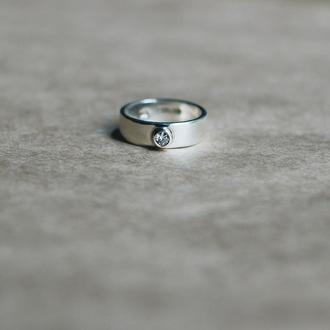 Кольцо с цирконом в чаше