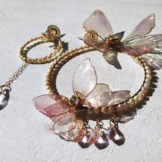 Асимметричные серьги-обручи с прозрачными бабочками и натуральным жемчугом