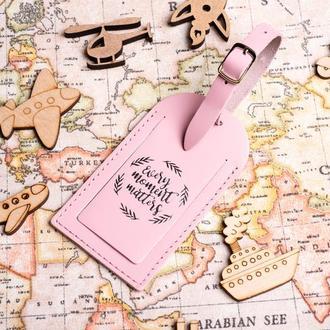 Багажная бирка с тиснением. Бирка для путешествий в розовом цвете