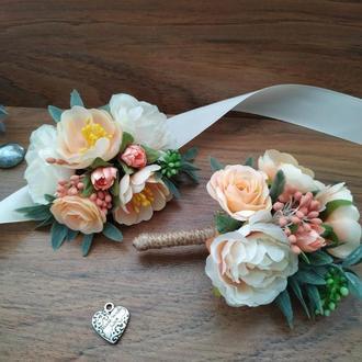 Свадебные бутоньерки в персиковом цвете Бутоньерка для жениха, свидетеля  Бутоньерка на руку
