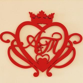 Инициалы молодоженов для президиума в сердце с короной