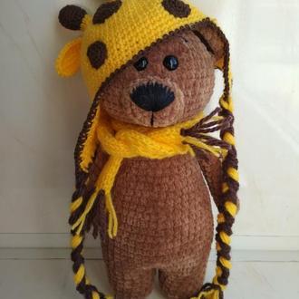Медведь вязаный из плюшевой пряжи в шапке жирафа