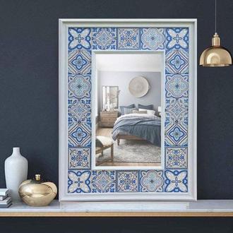Настенное зеркало в багете из керамической плитки с ручной росписью в сине-голубых тонах