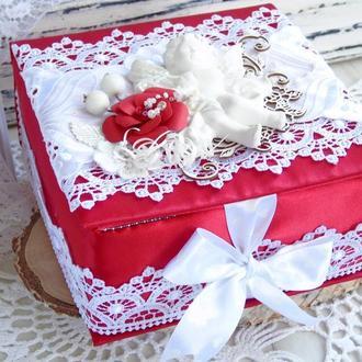 Атласная коробочка в красно-белом цвете с ангелом