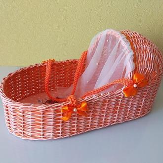Плетёная из бумажной лозы кроватка люлька для куклы.