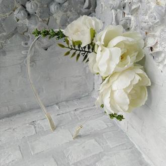 Обруч с объёмными белыми цветами