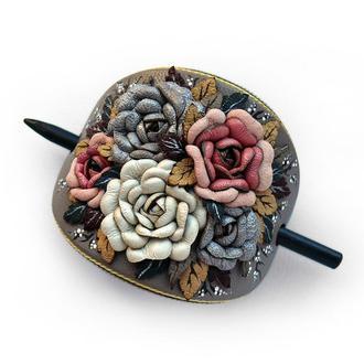 Заколка для волос из натуральной кожи на деревянной шпажке с цветочной композицией из роз