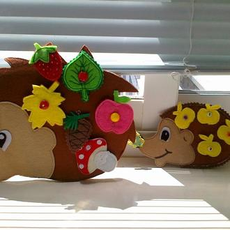 """Игра """"Семья ежей"""" состоит из мамы - ежихи и маленького ежика (+ 15 съемных деталей из фетра и бабочк"""