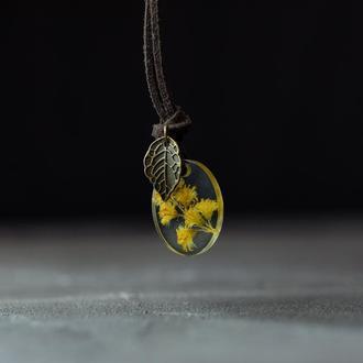 Кулон из эпоксидной смолы с желтыми полевыми цветами