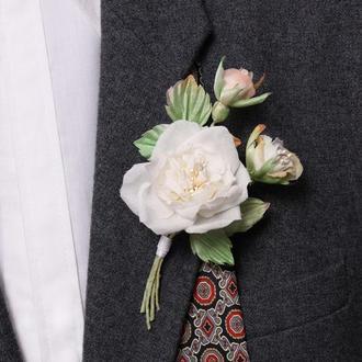 Бутоньерка с белой розой
